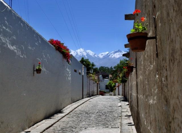 Peru Sehenswürdigkeiten: Malerische alte Stadt unter dem Vulkan