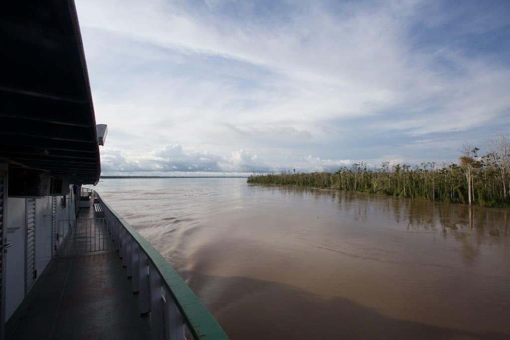 Auf dem Amazonas Boot: Blick heckwärts.