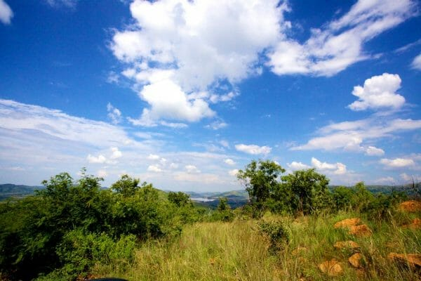 Safari im Pilanesberg Game Reserve: View from a ahill under blue skies